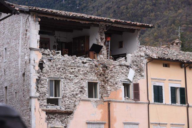 terremoto-zona-rossa-piazza-visso-fdm-4