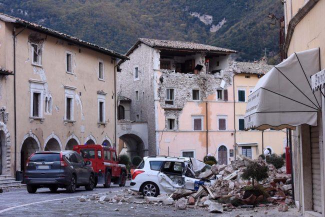 terremoto-zona-rossa-piazza-visso-FDM-8-650x434