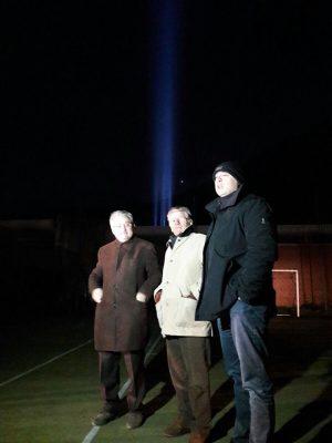 Adolfo Guzzini con l'assessore Sciapichetti e il sindaco Pazzaglini, dietro il fascio luminoso