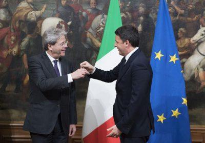 Il rito del passaggio della campanella tra Renzi e Gentiloni