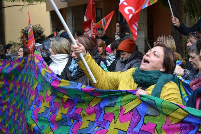 La manifestazione dei lavoratori l'1 dicembre davanti alla sede dell'Inps
