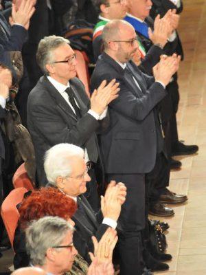 Luca-Ceriscioli-in-piedi-con-il-presidente-del-Consiglio-regionale-Antonio-Mastrovincenzo