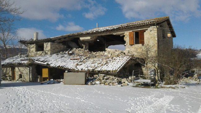 stalla-liberti-terremoto-neve-pievebovigliana-1-650x366