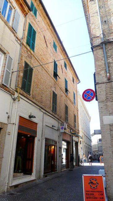 palazzo-commercianti-piazza-battisti-macerata-inagibile_foto-LB-2-365x650