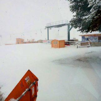 Questa-la-situazione-salendo-da-Bolognola-verso-gli-impianti-sciistici-con-10-15-cm-di-neve-al-suolo.-Foto-di-Leonardo-Cianconi-e-Mario-Lancellotti-325x325