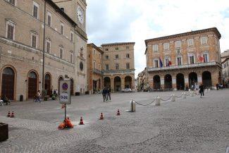Piazza-della-Libertà-Macerata-pedonale_foto-LB-3-325x217
