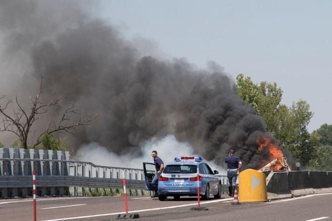 Schianto in A13: camion in fiamme, muore l'autista