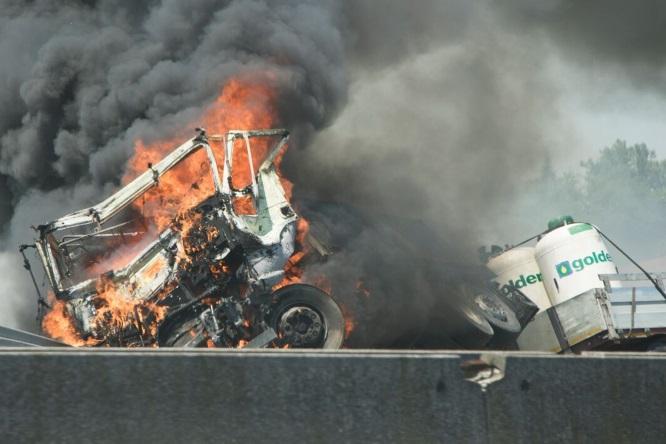 Incidente sulla A13: scontro tra camion e cisterne, tratto chiuso