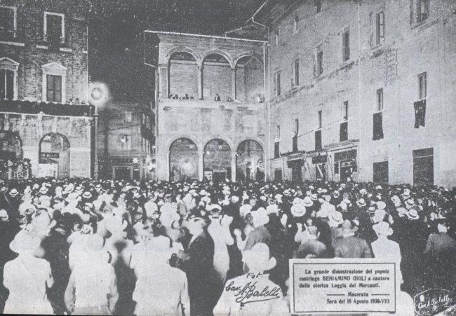 macerata-stroica-Beniamino-Gigli-canta-dalla-Loggia-dei-Mercanti-18-agosto-1930-renzo-azzacconi-650x451