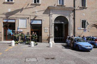 protesta_vigili_d3el_fuoco_piazza_macerata-1-325x217