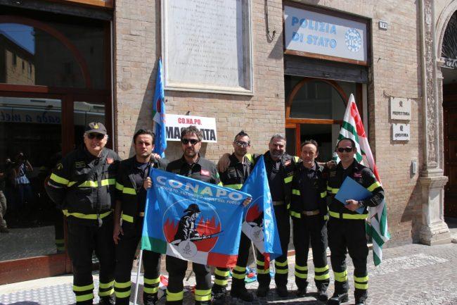 protesta_vigili_d3el_fuoco_piazza_macerata-2-650x433