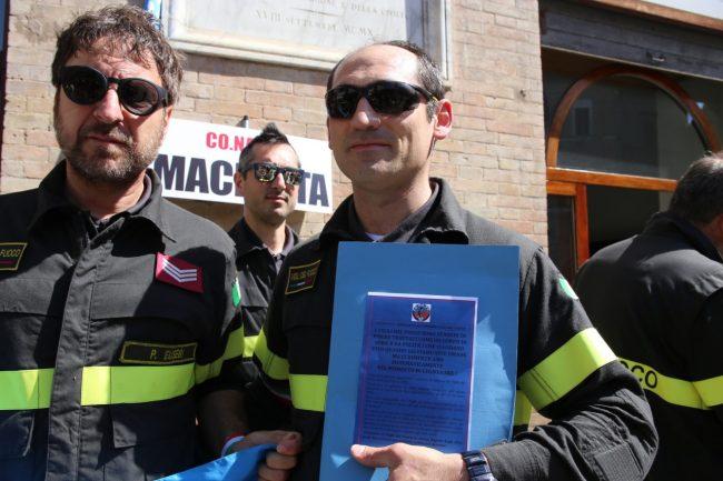 protesta_vigili_d3el_fuoco_piazza_macerata-3-650x433