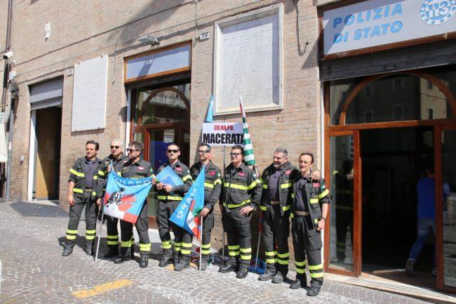 protesta_vigili_d3el_fuoco_piazza_macerata-5-650x433
