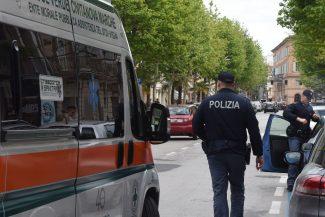 ragazza-investita-in-corso-umberto-polizia-118-ambulanza-civitanova-4-325x217