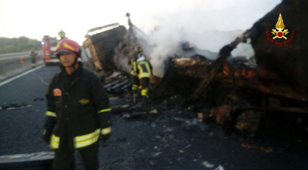 Camion in fiamme sull'autostrada, bloccata per ore la corsia sud