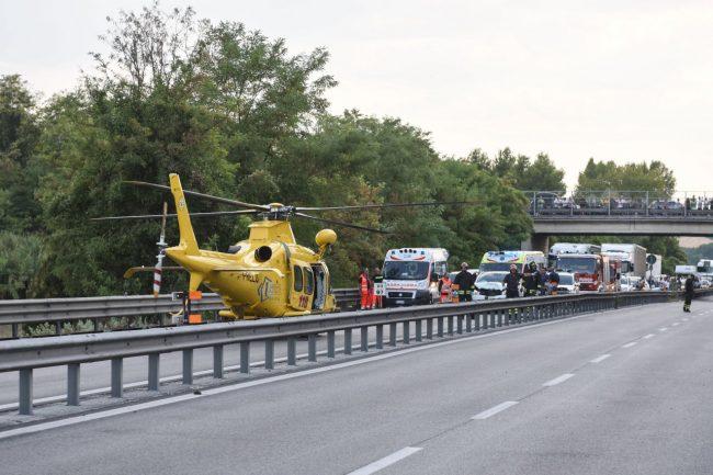 incidente-auto-moto-superstrada-morrovalle-FDM-1-650x433