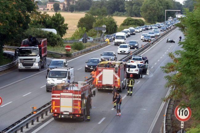 incidente-auto-moto-superstrada-morrovalle-FDM-10-650x433