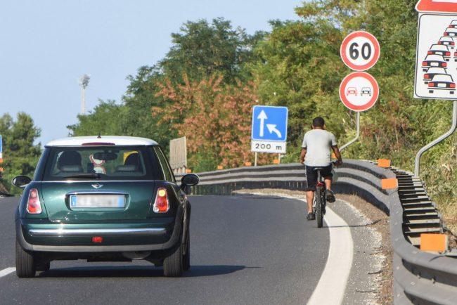 uomo-in-bicicletta-in-superstrada-civitanova-1-650x434