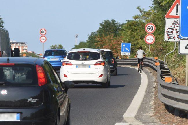 uomo-in-bicicletta-in-superstrada-civitanova-2-650x433