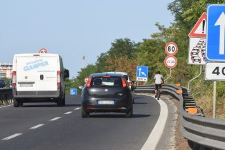 uomo-in-bicicletta-in-superstrada-civitanova-3-325x217