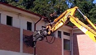 demolizione-scuola-sarnano-2-325x186
