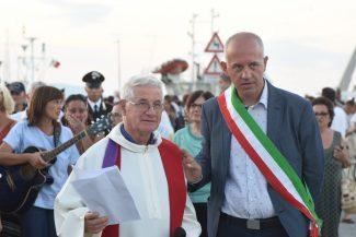 processione-in-mare-san-marone-2017-ciarapica-e-don-giovanno-molinari-civitanova-FDM-19-325x217