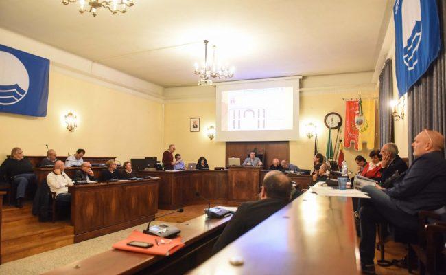 consiglio-comunale-ottobre-2017-aula-sala-consiliare-civitanova-FDM-1-650x400