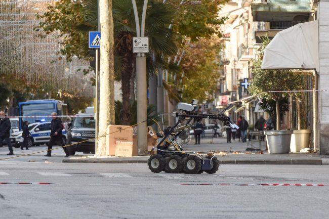 allarme-bomba-piazza-xx-settembre-robot-artificieri-civitanova-FDM-12-650x433