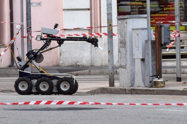 allarme-bomba-piazza-xx-settembre-robot-artificieri-civitanova-FDM-13-650x433