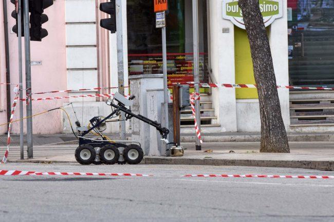 allarme-bomba-piazza-xx-settembre-robot-artificieri-civitanova-FDM-14-650x433
