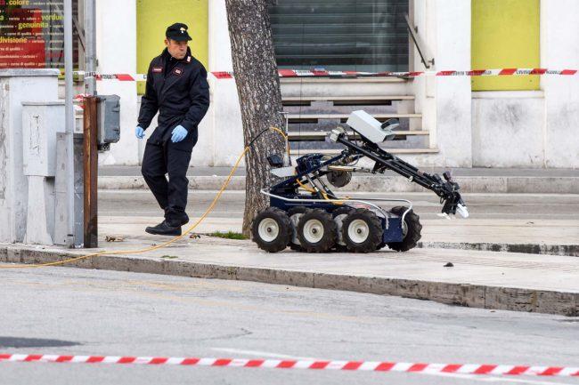 allarme-bomba-piazza-xx-settembre-robot-artificieri-civitanova-FDM-15-650x433