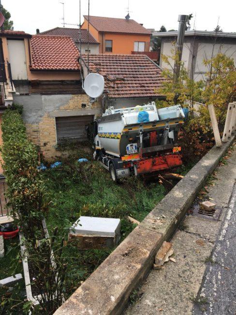 furgone-cosmari-precipiato-corridonia6-488x650
