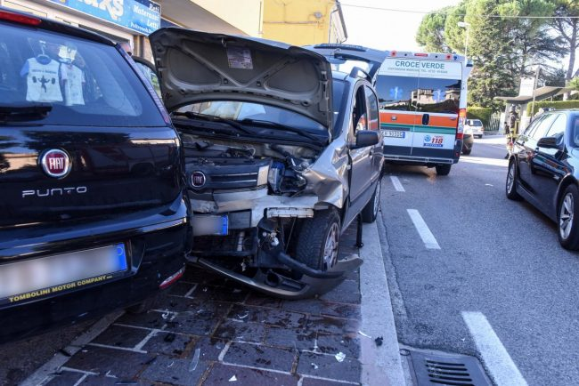 incidente-scontro-tra-auto-via-alighieri-civitanova-FDM-1-650x434