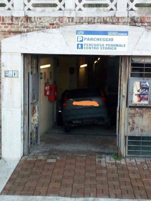 auto-dentro-parcheggio