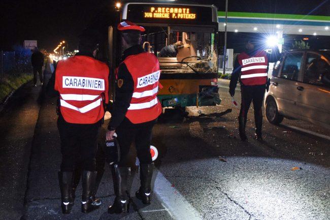 incidente-bus-auto-statale-adriatica-civitanova-ppp-2-650x433