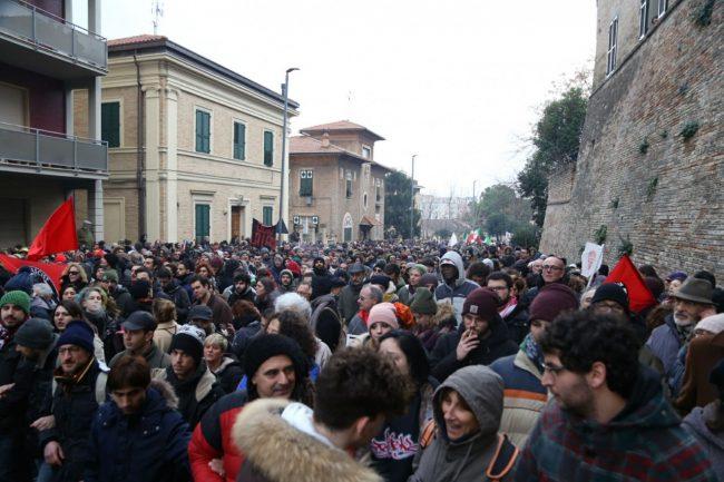 Manifestazione-antifascista-antifa-macerata-corteo-1-650x433
