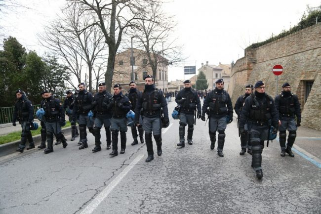 Manifestazione-antifascista-antifa-macerata-corteo-2-650x433