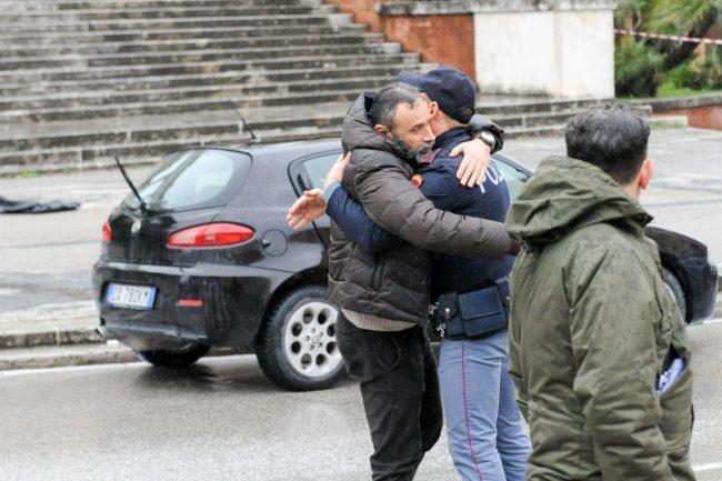 abbraccio-carabiniere-poliziotto-Traini