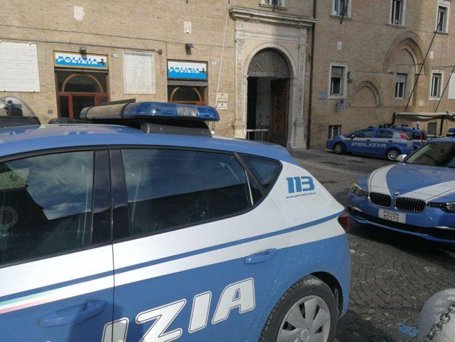 polizia-piazza-macerata-2-650x488