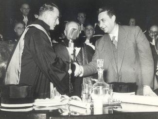 Aldo-Moro-Consegna-la-laurea-honoris-Causa-ad-Enrico-Mattei