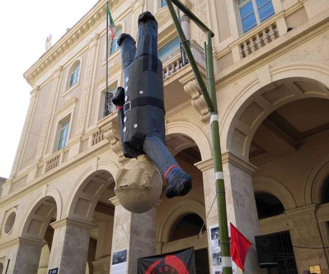 Fantoccio-Mussolini-bastonato-in-piazza-battisti-1-650x542