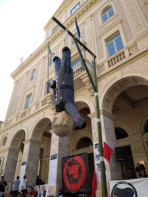 Fantoccio-Mussolini-bastonato-in-piazza-battisti