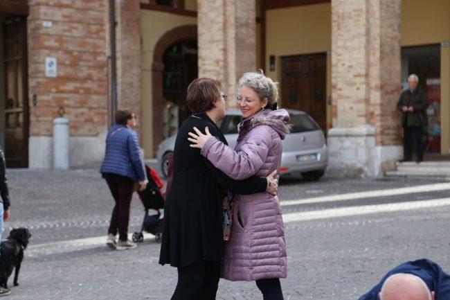 sit-in-verità-per-pamela-piazza-della-libertà-municipio-macerata-10-650x433
