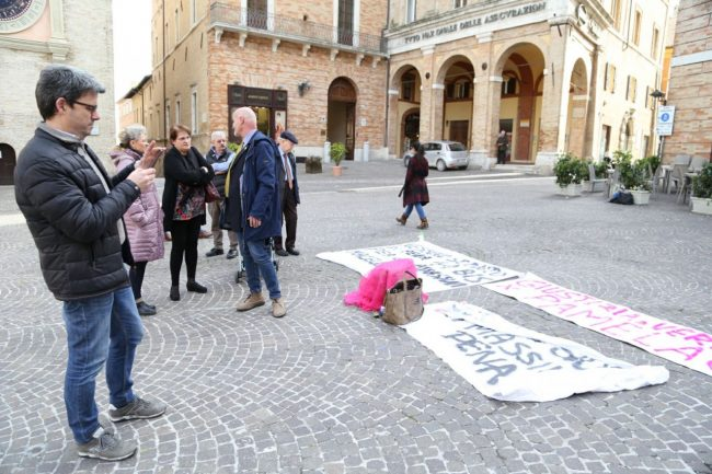 sit-in-verità-per-pamela-piazza-della-libertà-municipio-macerata-3-650x433