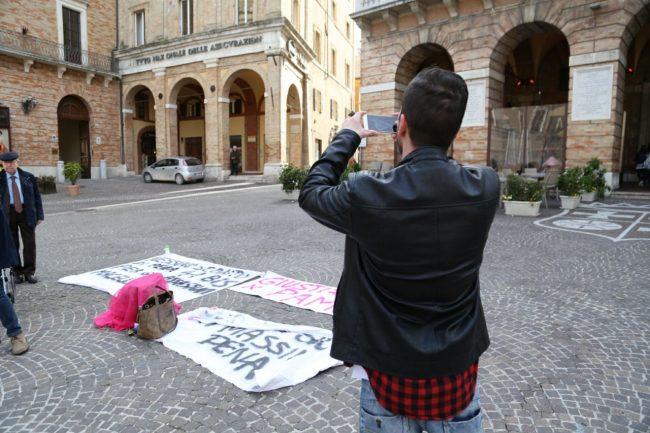 sit-in-verità-per-pamela-piazza-della-libertà-municipio-macerata-5-650x433