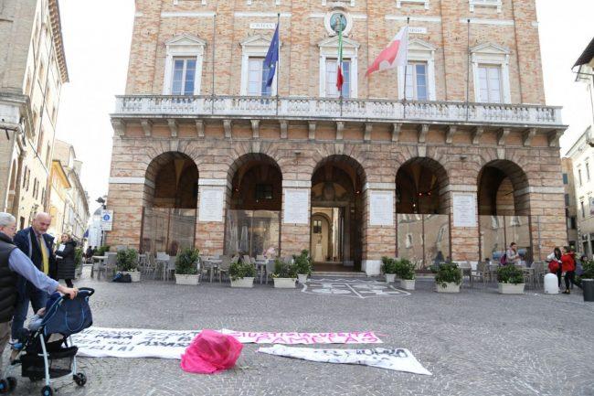 sit-in-verità-per-pamela-piazza-della-libertà-municipio-macerata-6-650x433