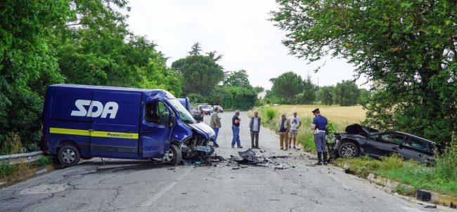 incidente-auto-furgone-morrovalle-FDM-6-650x302