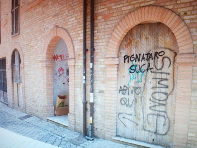 scritte-contro-pignataro-e-salvini-via-crispi-macerata-1-650x488