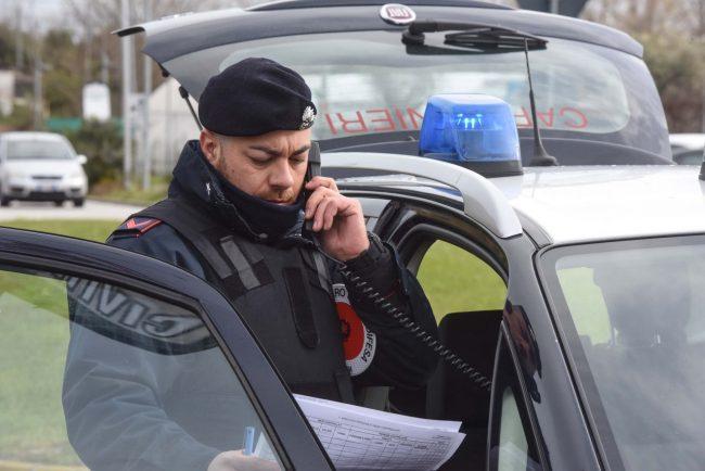 controlli-carabinieri-cc-posto-di-blocco-auto-archivio-arkiv-6-650x434