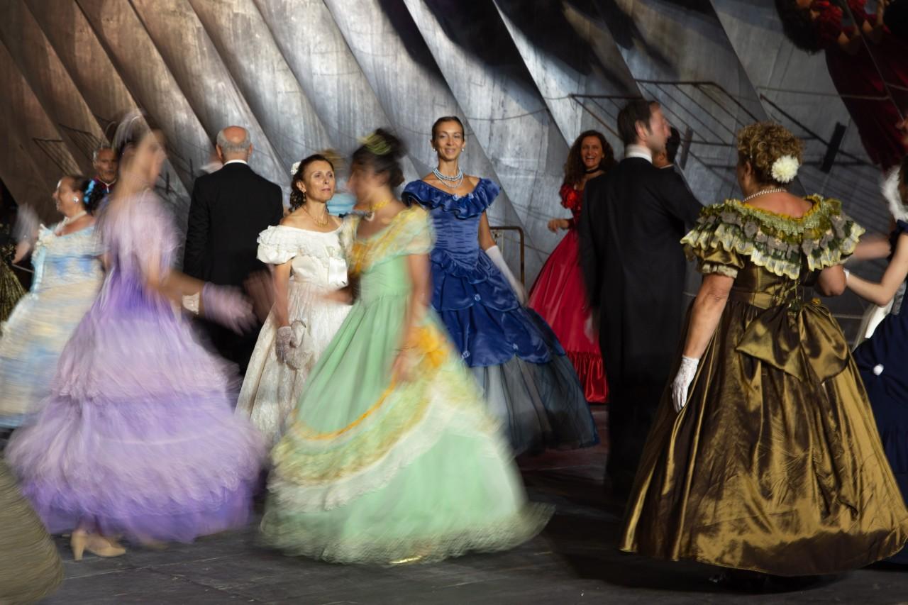 ballo ottocentesco traviata degli specchi sferisterio macerata opera 2018 foto ap (10)